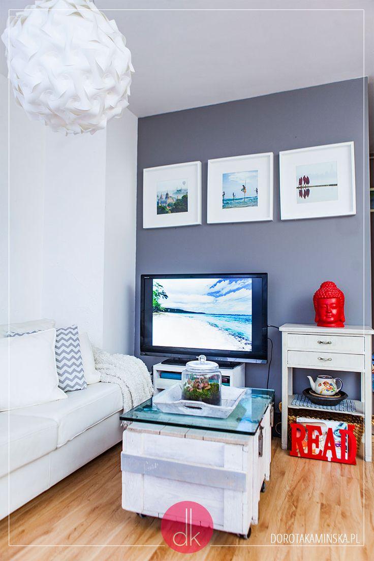 Niewielki salon połączony z kuchnią: biel, szara ściana, biała sofa i stolik kawowy ze skrzyni oraz odnowiony fotel.  #dom #home #interior #wnętrze #salon #livingroom #gray #mieszkanie #apartment