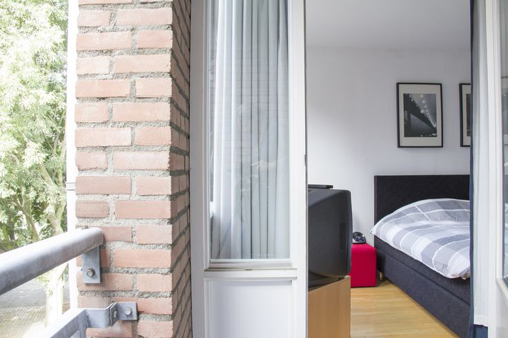 Slaapkamer/balkon | Ruim appartement gelegen op de 2e, 3e en 4e verdieping. Gelegen in een autovrije straat in het centrum van Maastricht op slechts 100 meter van de gezellige binnenhaven 't Bassin. Het appartement heeft een woonoppervlakte van ca. 85 m². Voor meer informatie kijk op www.rendersmakelaars.nl