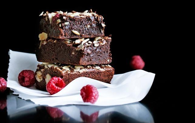 Brownie med hindbær og hasselnødder