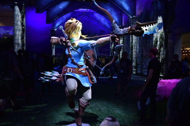 等身大のリンクやガーディアンなどが展示されており、ゲーム中の世界を再現した内装となっていました。やぐらの上には敵もいます。