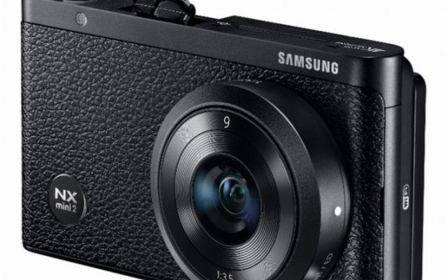 Samsung lavora alla seconda generazione della fotocamera NX Mini Una fonte ha rivelato alcune immagini stampa e delle specifiche tecniche riguardo alla seconda generazione della fotocamera NX Mini di Samsung che, presumibilmente, arriverà sotto il nome di Samsung  #samsung #fotocamera
