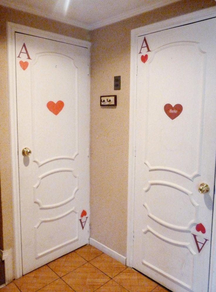 Puertas decoradas de naipes...