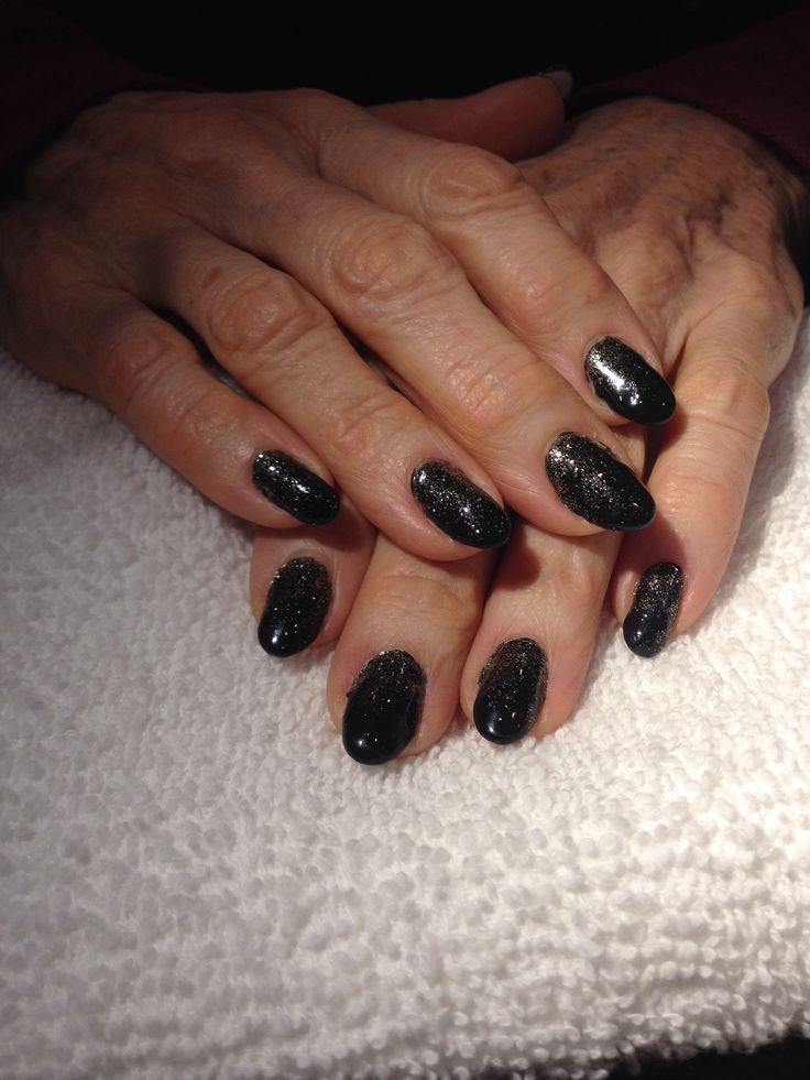 'The Gatsby' ~black gel with gold glitter gradient. Perfect for any holiday occasion, or even if you're just feeling the Art Deco style!