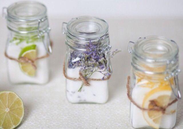 --Açucar aromatizado-- Misture uma xícara de açúcar com 1 colher de sopa de flores de lavanda. Se preferir o açúcar de limão ou laranja, raspe a casca da fruta e deixe secar durante a noite para depois fazer a mistura. Outra sugestão é fazer o açúcar de baunilha, reaproveitando as favas utilizadas em outras receitas. Experimente adoçar o café, chá ou limonada ou utilize-o em caldas, sorvetes, chantilly ou bolos.