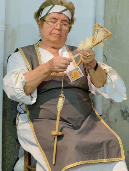 la filaltura della lana cardata a cura dell'associazione la voce delle donne di san piero patti   Spinning the wool