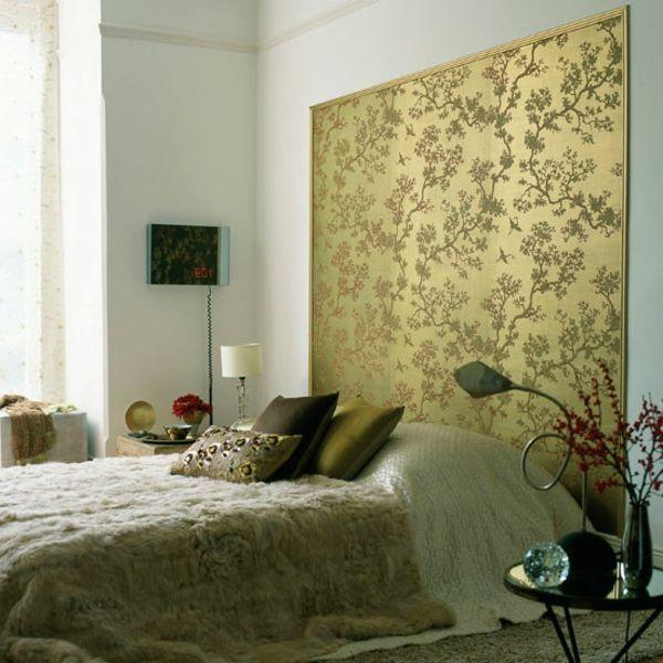 goldenfarbige tafel mit malerschalblonen an der wand im schlafzimmer - 30 interessante Vorschläge für Tapeten im Schlafzimmer ähnliche tolle Projekte und Ideen wie im Bild vorgestellt findest du auch in unserem Magazin . Wir freuen uns auf deinen Besuch. Liebe Grüße