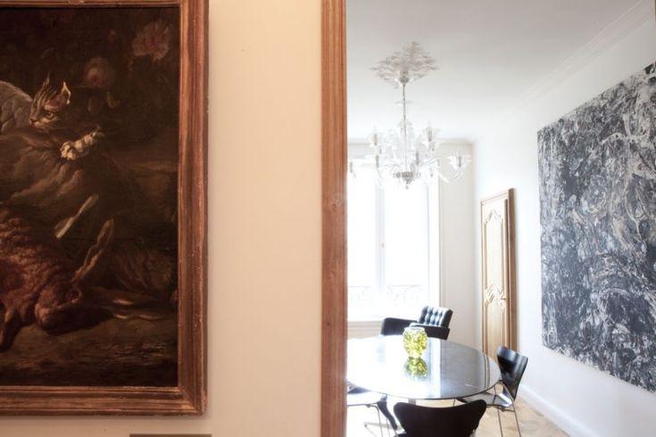 De la cuisine au salon ... tradition revisitée dans le Marais.  Conception : Paris Sweet Home Deco  Stylisme : Laurence Thierry  Photo : Patrick Amsellem #interiordesign#design#architecture#decoration#paris#appartement#salleamanger#tradition#vintage#