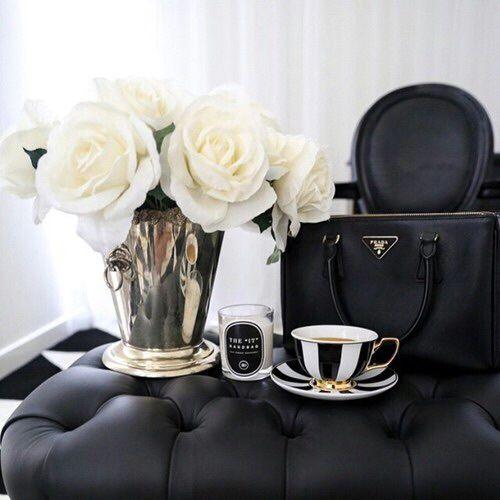 Le combo Leasy Luxe pour une soirée parfaite : un bon chocolat chaud et ce magnifique sac Prada ! // www.leasyluxe.com #black #cocooning #leasyluxe