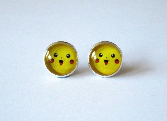 Pikachu avec un grand sourire - sur vos oreilles ! < 3 Si mignon! ~    Cette liste est pour 2 boucles doreilles de couleur argentée post avec