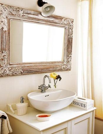 Destaca el espejo de madera tallada y decapada en blanco. Un acabado que coordina con el resto de la decoración...