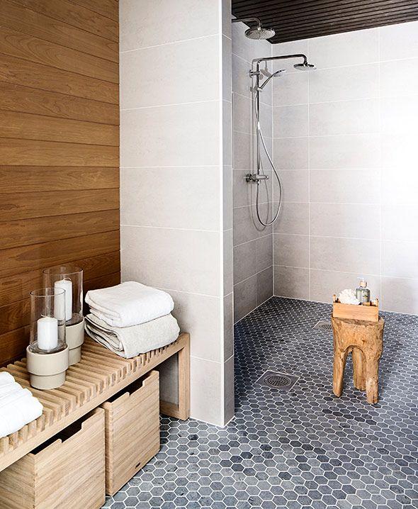 Anna-talo, kohde 13. Alakerran kylpyhuoneen lattiassa Tulikiven vuolukivinen Hexagon-laatta. #Tulikivi #asuntomessut