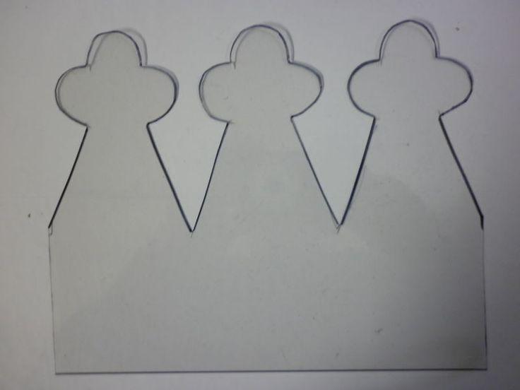Reporter trois ou quatre fois le motif, suivant le tour de tête, dans du papier fort. Découper celle-ci, puis avec un estampeur, perforer la base de la couronne, faire un travail régulier. Coller au dos, une bande de papier de couleur différente, de celle de la couronne, pour faire le contraste. Fermer la couronne à l'aide d'une agrafeuse.