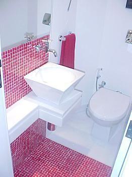 banheiro pequeno, mas ainda com classe.