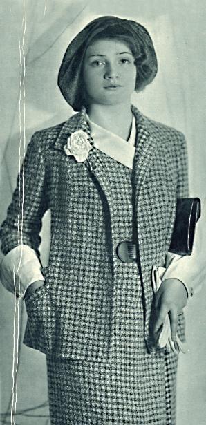 """1931: """"Jarní šaty s kabátkem z šedé kostičkované anglické látky. Manžety jsou na kabátku, na knoflík přepnuté, z téhož lehkého hedvábí je také límec na šatech. Kožený módní pás. Klobouk z bangkoku s širší střechou, který se však stejně jako malé kloboučky nasazuje s čela"""""""