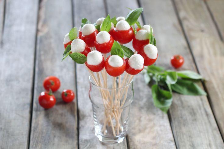 Denn das Auge ist mit! Hier ist das Rezeot für unseren Tomaten-Mozzarella-Blumenstrauß