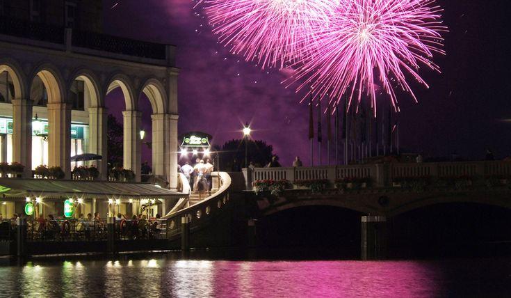 Die schönsten Orte um das Silvester-Feuerwerk in Hamburg zu sehen: Von den Landungsbrücken, über den Fischmarkt bis zur Lombardsbrücke.