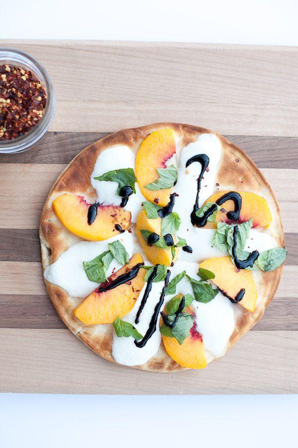 Summer Recipes: Peach Margherita Pizza / Recette d'été , pizza margarita à la pêche
