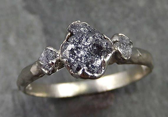RAW organische Conflict gratis diamanten als individuele als u zijn! Rustieke een van een soort stenen en instelling even uniek als u bent. Geen twee zijn ooit hetzelfde. Ik maakt de instelling in wax dan gegoten het mezelf in mijn thuis studio. Ik zorgvuldig de hand gesneden elke prong zodat deze overeenkomen met de unieke vorm van de steen. Geen twee ringen zijn ooit precies hetzelfde. Deze drie stenen ring is beschikbaar hier dat dit is een maat 7 1/4 die het kan worden verkleind. I...