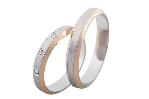 Svatební prsteny originálně kombinují dvě barvy zlata. Střední část z bílého zlata je saténově matná, na rozdíl od červených krajů, které jsou lesklé. Dámský prsten zdobí tři vsazené kameny ve střední části kroužku.