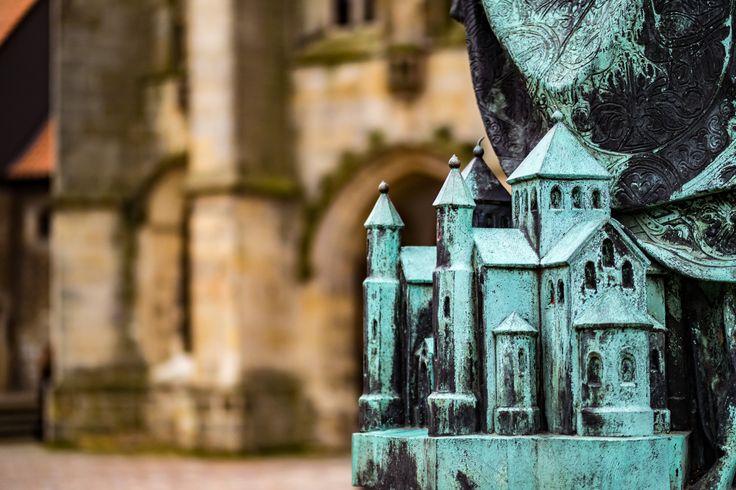 Statue am Hildesheimer Dom.  Hier sieht man noch mal eine sehr schöne Detailansicht der Statue. Die Miniatur des Doms wirkt ausserordentlich schön. Zu schade dass man diesen Mini-Dom nicht mit dem kompletten Dom unscharf dahinter auf ein Foto bekommt. . . . . . . #olympus #olympusomd #em1 #omd #church #kirche #dom #urban #statue #sculpture #monument #urbanoverrun #streetphotography #architecture #citylife #building #cityscape #town #architecturelovers #archidaily #streetphoto #urbanart…