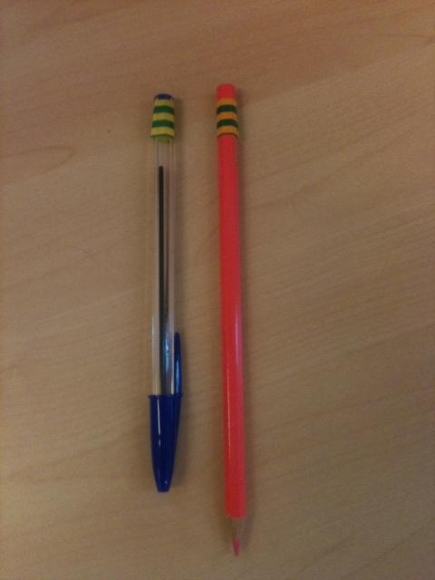 Voorzie de leenpotloden/pennen van gekleurd tape. Zo zie je in 1 oogopslag wie wat heeft geleend. Of waar de geleende spullen zijn gebleven.