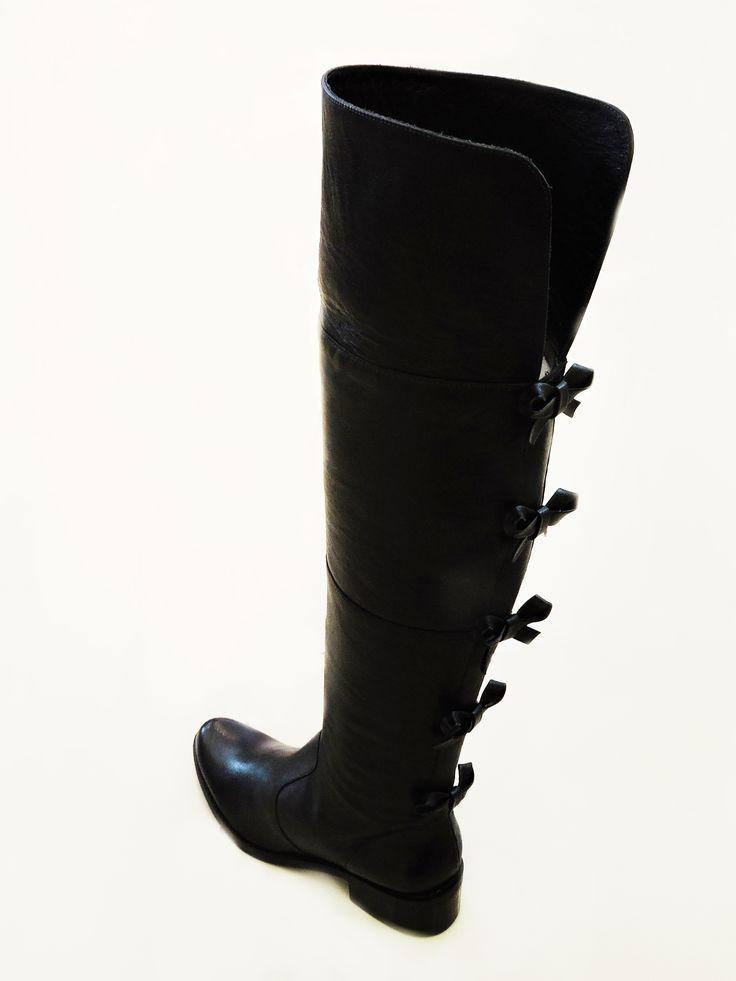 Os detalhes nas Botas Over The Knee vão deixar você com a cara da estação! Aproveite na Zutti do ShopSãoJosé. R$499,90