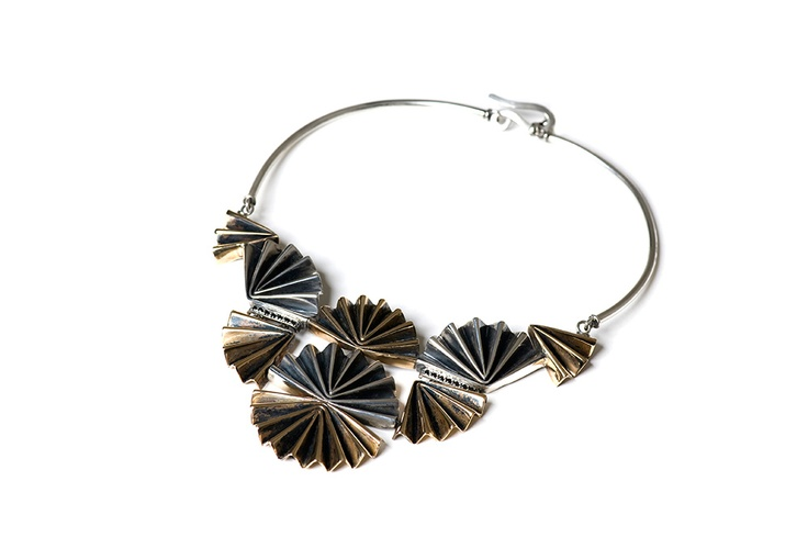 Tridimensional and sculptural necklace by the Eventail collection