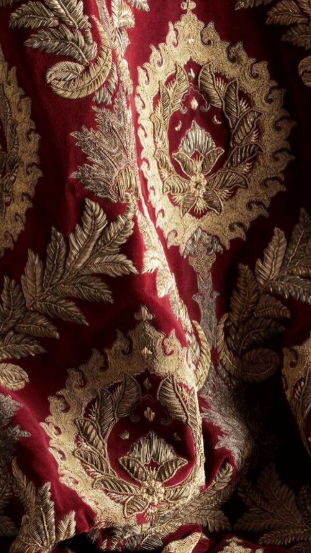 Opulently embroidered in high relief in antiqued silver-gilt threads, Rossini creates a very dramatic classic damask design - Beaumont & Fletcher