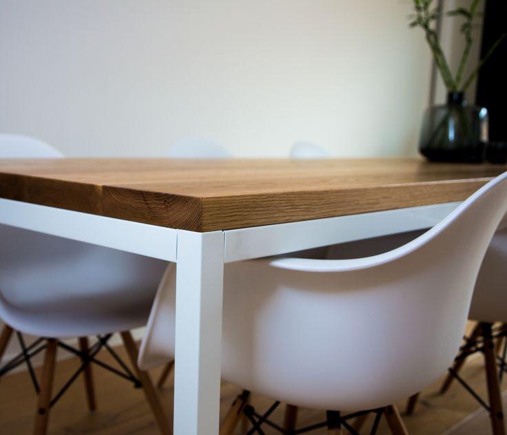 Woning, Hendrik-Ido-Ambacht. Massief Amerikaans wit eiken tafelblad. Met wit gepoedercoat onderstel.  #meubelmakerij #projecten#Renovatie #maatwerk #ontwerp #berkaprojects #berka #projects #meubels #eiken #spuitwerk #opbergkasten #eettafel #keukens #vuren #eiken #beuken #berken #interiordesign #interior #interieurbouw #homedecor #table