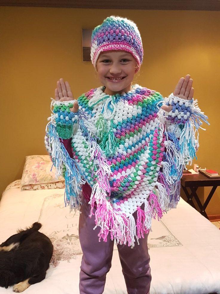 Crochet poncho, beanie an fingerless gloves