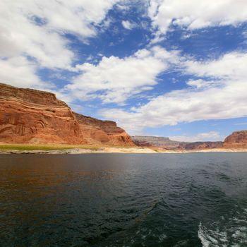 un lac entièrement artificiel .Malgré les apparences, le Lac Powell est un lac entièrement artificiel réalisé sur le fleuve Colorado en Arizona et Utah. Achevé en 1963, long de près de 300 km, il est devenu une zone de loisirs très fréquentée.  Le lac est très connu pour sa Rainbow Arch, une arche naturelle uniquement accessible en bateau.