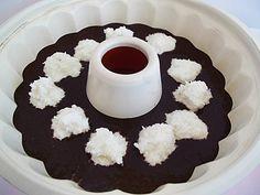 İç harcından ceviz büyüklüğünde toplar yapıp fotoğraftaki gibi kek harcının ortasına yan yana yerleştirin. ( Ben 2 tatlı kaşığı ile yuvarlak şekil verdim ama elinizle de şekillendirebilirsiniz).