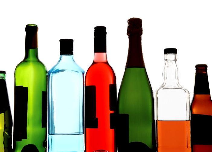 L'éthanol se trouve non seulement dans les boissons alcoolisées, mais aussi dans les peintures, le vernis, le parfum, certains médicaments, le bain de bouche, certains thermomètres et quelquefois dans l'antigel (dont, soit dit en passant, l'éthylène glycol qu'il contient est lui aussi toxique pour les chiens et chats). Si l'ingestion d'alcool chez les animaux est le plus souvent accidentelle.