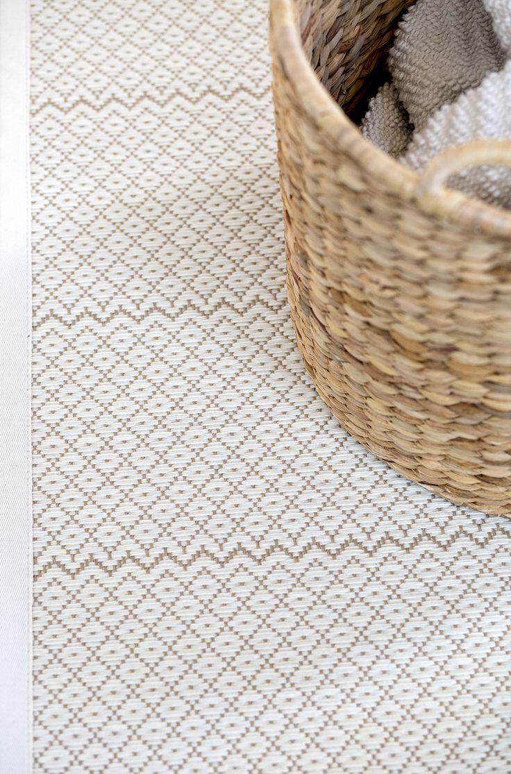 Tiivispintainen Dacapo-matto on kudottu villasta ja paperinarusta. Yksiväristä pintaa elävöittää kiva siksak-raita. #habitare2014 #design #sisustus #messut #helsinki #messukeskus