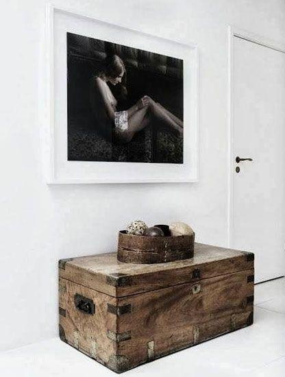 Un baúl en la entrada de esta casa sustituye a la típica consola de recibidor y sirve como mueble de almacenaje. http://www.originalhouse.info/