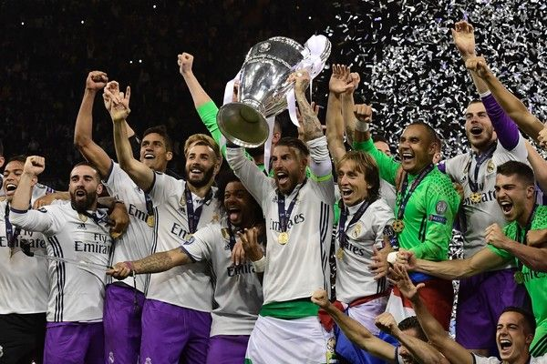 Real Madrid captain Sergio Ramos lifts the trophy after Real Madrid won the UEFA Champions League final football match between Juventus and Real Madrid at The Principality Stadium in Cardiff, south Wales, on June 3, 2017. / AFP PHOTO / JAVIER SORIANO