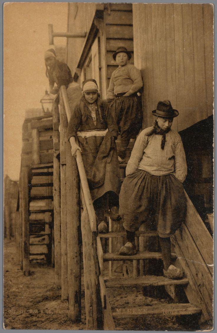Twee jongens en twee meisjes in Marker streekdracht. 1903-1905 #NoordHolland #Marken
