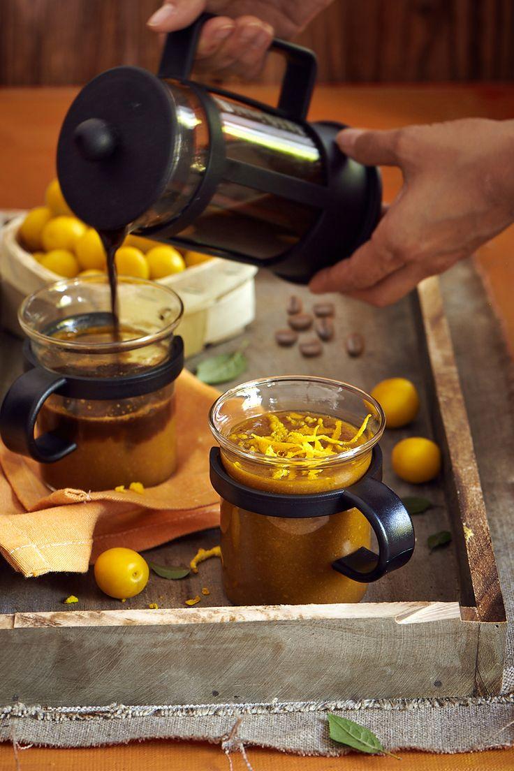 MIRARE, MIERE ŞI ORANJ//     1/2 pahar de cafea proaspăt preparată Jacobs Krönung, 1/2 pahar coajă rasă de lămâie, un pumn de corcoduşe, 3 linguri miere, lichior de portocale, anason, ghimbir, chimion alb  Preparare:  Fructele fără sâmburi le înăbuși în tigaie, adaugi coaja de la lămâie, mierea și condimentele. Blenduieşte-le într-o compoziție uniformă. Prepară cafeaua, adaugă compoziția de fructe, lichiorul de portocale şi amestecă bine. Serveşte băutura caldă. Timp de preparare: 20 min