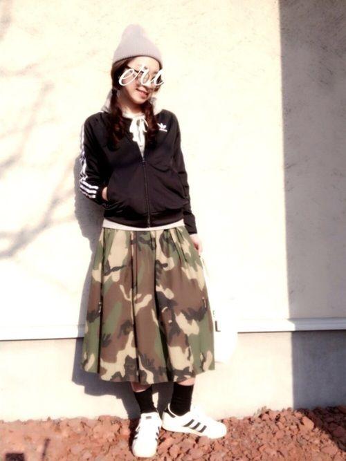 adidasジャージにパーカー合わせ、カモフラ柄のスカートで。 スニーカーはコンバースのハイカット