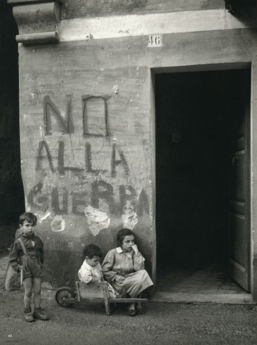 Werner Bischof, Italie, 1950 (text on wall: say 'NO' to war)
