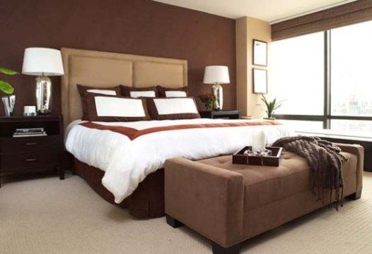 camera da letto con pareti marrone e beige