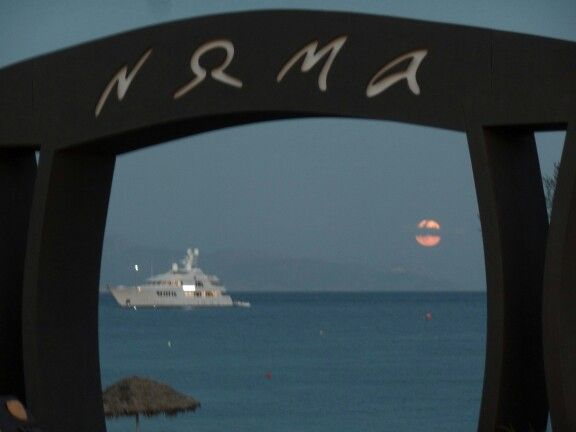 Santorini , Perissa       full moon