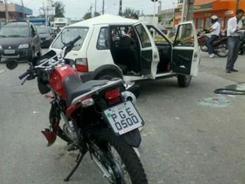 Motorista fica preso a ferragens após acidente, no Recife  Um carro e uma moto se chocaram em avenida, no bairro da Imbiribeira.  O motociclista também ficou ferido e precisou ser socorrido.