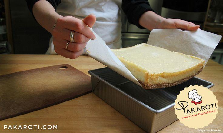 Bukan hanya mempermudah proses mengeluarkan cake, kertas roti yang dibuat menggantung juga akan menjaga bentuk cake setelah dikeluarkan dari loyang. #BakingTips