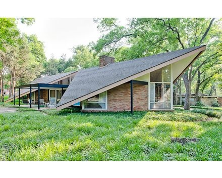 Mid century modern home - Great roof line. (Just watch that corner when playing frisbee...)
