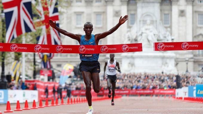 Miles de personas participan en la más grande jamás Maratón de Londres - Noticias de ITV