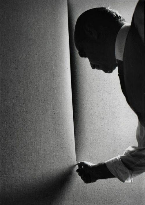 Lucio Fontana, Milano, 1964. (bron: Artsy, foto's: Ugo Mulas)