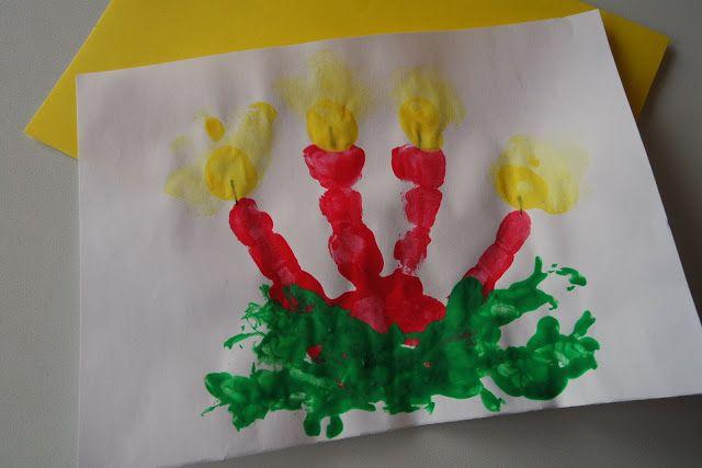 Fingerfarbe Weihnachten.Kinder Malen Weihnachtsbilder Mit Fingerfarben Verschiedene Farben