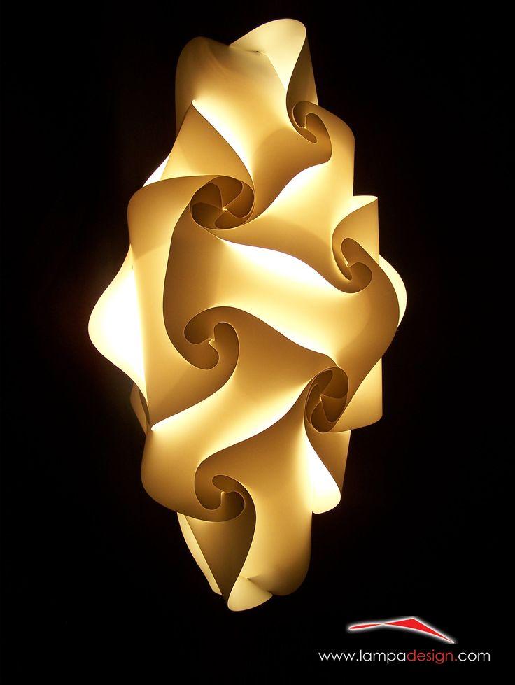 Lampadario SENSITIVE Lo trovi su: http://www.lampadesign.com/scheda.php?id=14  E' un punto di luce e di arte. Nella sua forma allungata dà un tocco di estro e originalità ai tuoi spazi. Perfetto per corridoi, ingressi, bagni per le sue ridotte dimensioni Scegli i colori che più ti piacciono, te lo costruiremo come tu lo desideri