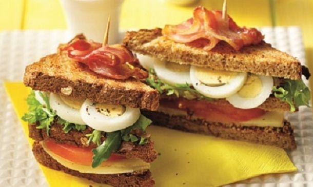 Ένα από τα πιο αγαπημένα, χορταστικά και... ευέλικτα σνακ για όλες τις ώρες. Μπορείτε να το φτιάξετε με ό,τι υλικά έχετε στη διάθεσή σας αλλά και με υλικά όπως, σολομό, κοτόπουλο κ.ά. Εμείς επιλέξαμε ψωμάκι ολικής άλεσης, καπνιστό τυρί, μπέικον και αβγά.